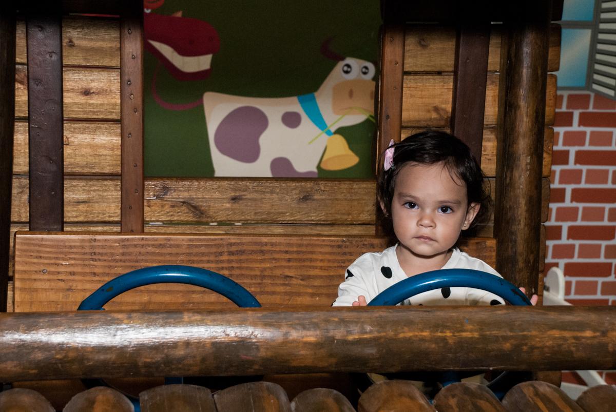 curtindo a área baby no fotografia da família na mesa temática no Buffet Viva Vida, Butantã, São Paulo, aniversário de Julia Yumi, tema da festa Backardigans