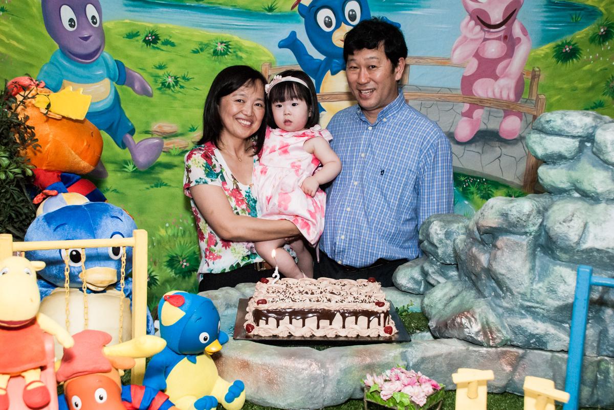 hora de cantar o parabéns no fotografia da família na mesa temática no Buffet Viva Vida, Butantã, São Paulo, aniversário de Julia Yumi, tema da festa Backardigans