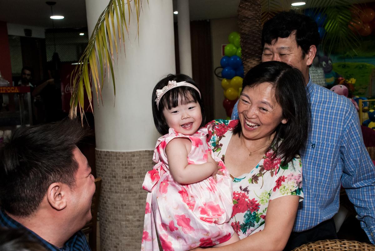 alegria na sua festa no fotografia da família na mesa temática no Buffet Viva Vida, Butantã, São Paulo, aniversário de Julia Yumi, tema da festa Backardigans