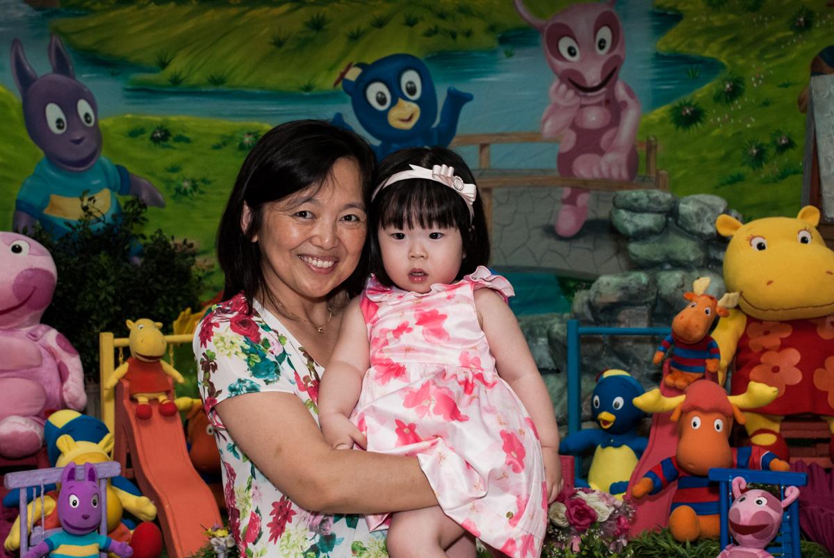 fotografia mãe e filha no fotografia da família na mesa temática no Buffet Viva Vida, Butantã, São Paulo, aniversário de Julia Yumi, tema da festa Backardigans