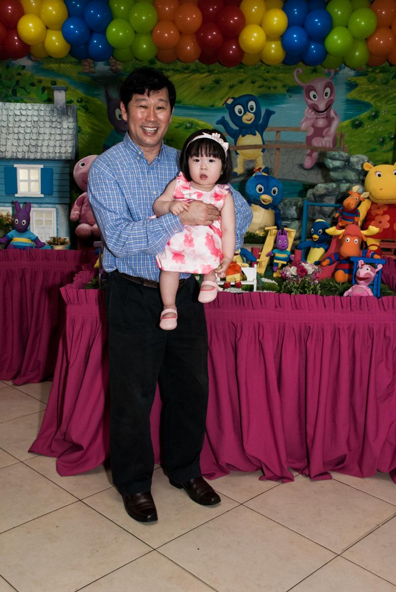 fotografia pai e filha no fotografia da família na mesa temática no Buffet Viva Vida, Butantã, São Paulo, aniversário de Julia Yumi, tema da festa Backardigans