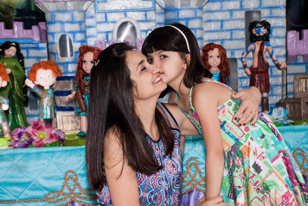 beijo na mamãe no Buffet Magic Joy, Saúde, São Paulo, aniversário de Beatriz e Marina, tema da festa Valente