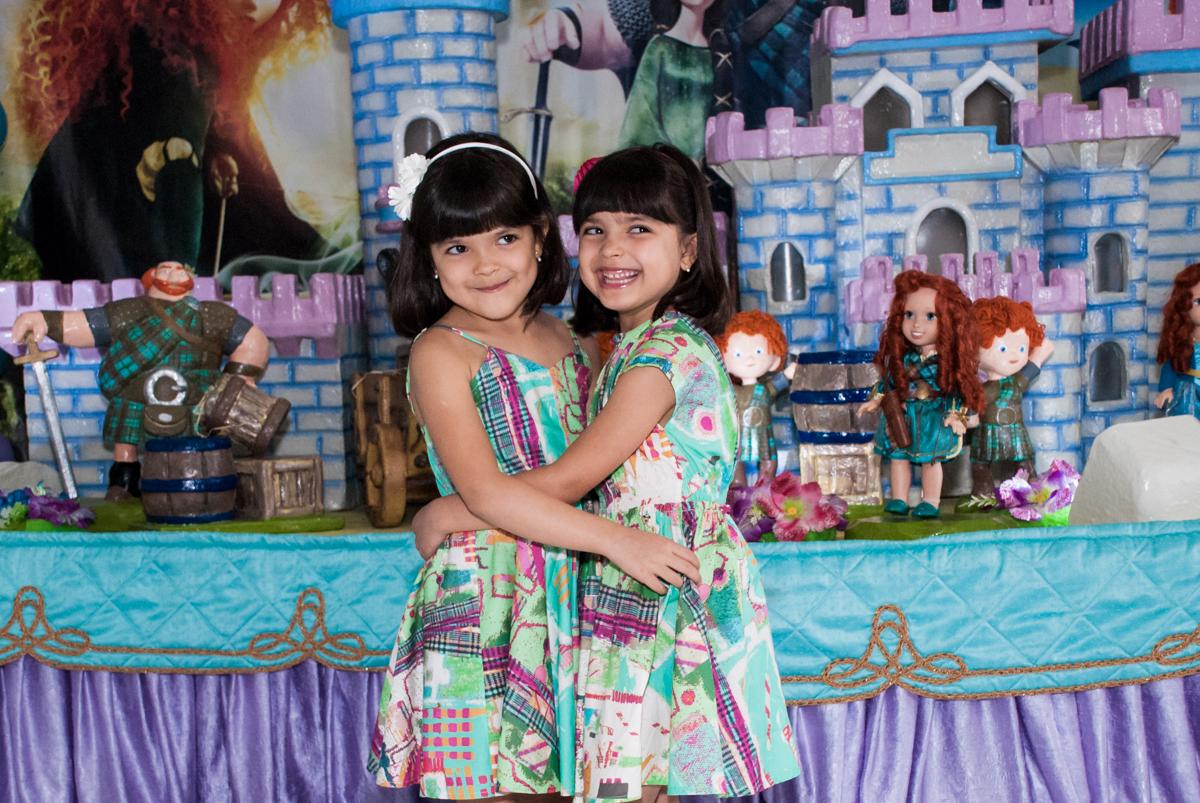 abraço das aniversariantes no Buffet Magic Joy, Saúde, São Paulo, aniversário de Beatriz e Marina, tema da festa Valente