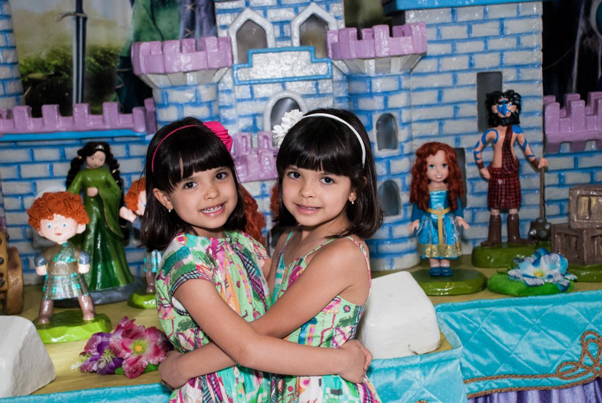 abraço das gêmeas no Buffet Magic Joy, Saúde, São Paulo, aniversário de Beatriz e Marina, tema da festa Valente