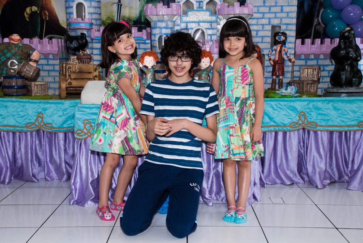 foto com o irmão no Buffet Magic Joy, Saúde, São Paulo, aniversário de Beatriz e Marina, tema da festa Valente