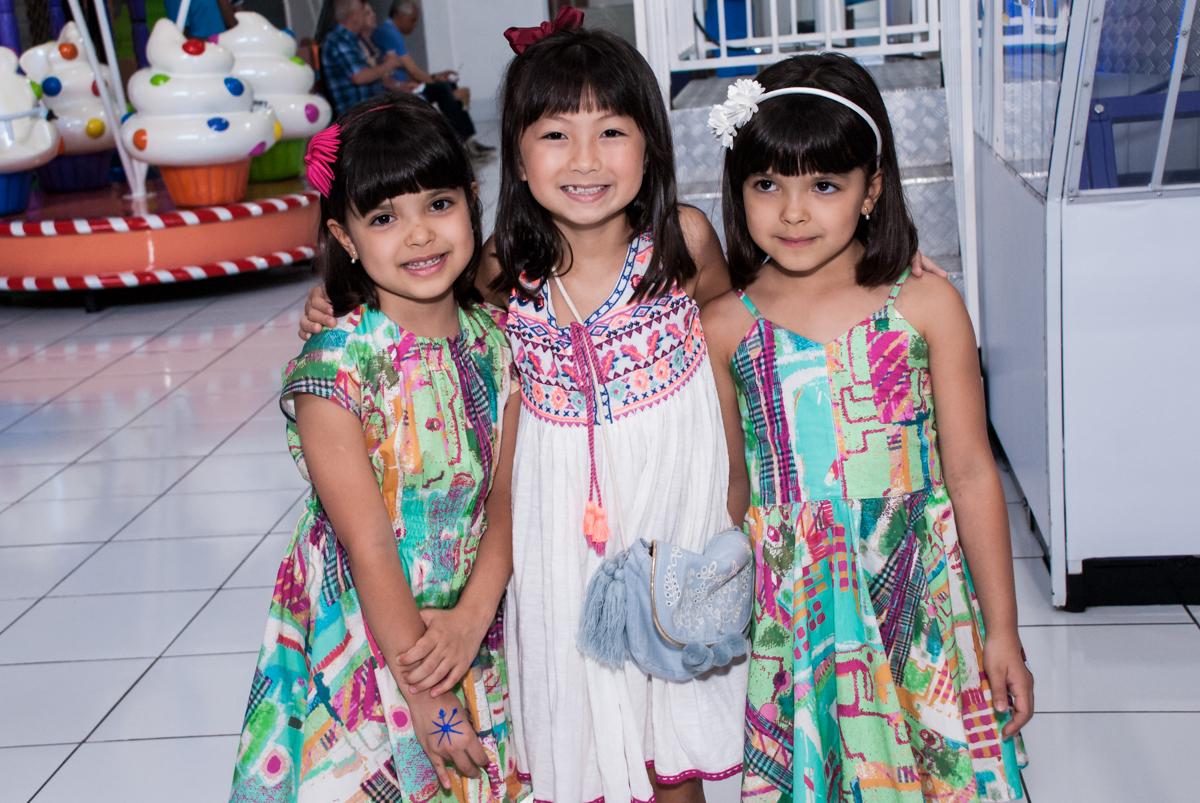 recebendo as amigas para a festa no Buffet Magic Joy, Saúde, São Paulo, aniversário de Beatriz e Marina, tema da festa Valente