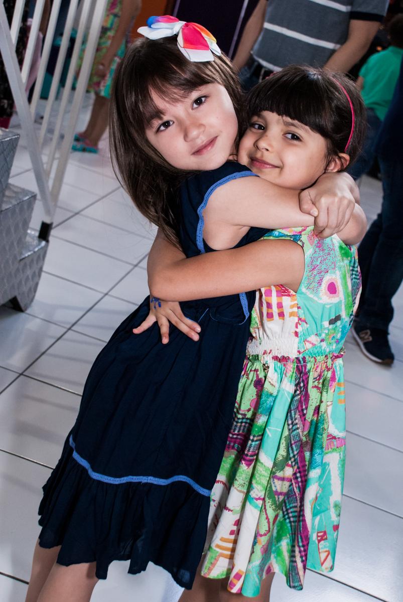 abraço das amigas no Buffet Magic Joy, Saúde, São Paulo, aniversário de Beatriz e Marina, tema da festa Valente