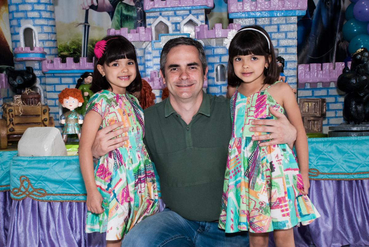 foto do pai com as aniversariantes no Buffet Magic Joy, Saúde, São Paulo, aniversário de Beatriz e Marina, tema da festa Valente