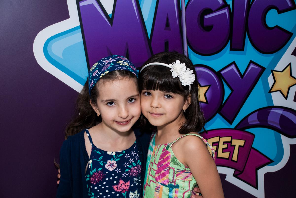 abraço da amiga no Buffet Magic Joy, Saúde, São Paulo, aniversário de Beatriz e Marina, tema da festa Valente