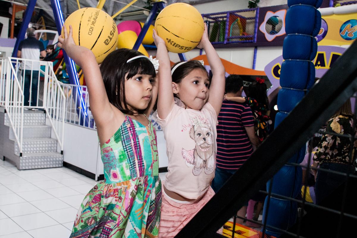 basquete bool divertido no Buffet Magic Joy, Saúde, São Paulo, aniversário de Beatriz e Marina, tema da festa Valente