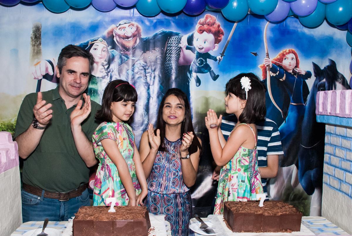 hora de cantar o parabéns no Buffet Magic Joy, Saúde, São Paulo, aniversário de Beatriz e Marina, tema da festa Valente