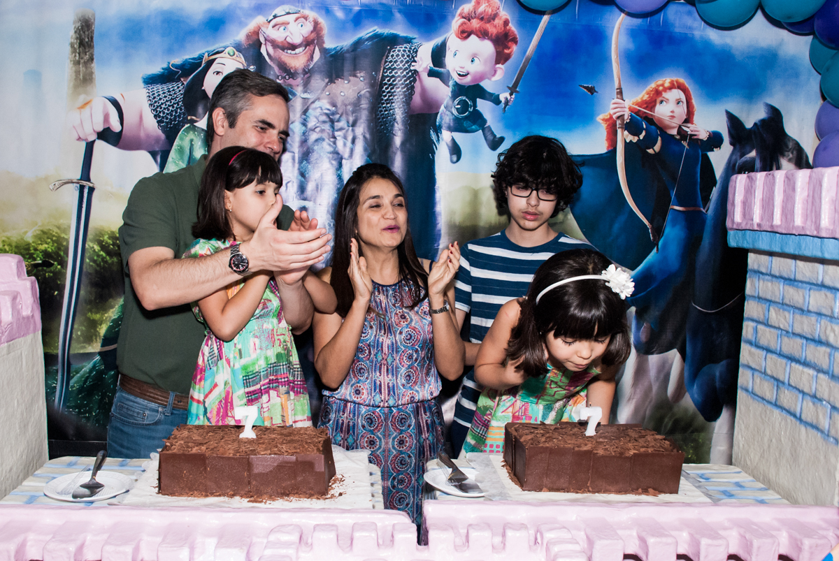 soprando a vela do bolo no Buffet Magic Joy, Saúde, São Paulo, aniversário de Beatriz e Marina, tema da festa Valente