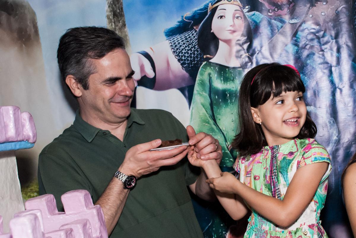 entregando o primeiro pedaço de bolo no Buffet Magic Joy, Saúde, São Paulo, aniversário de Beatriz e Marina, tema da festa Valente