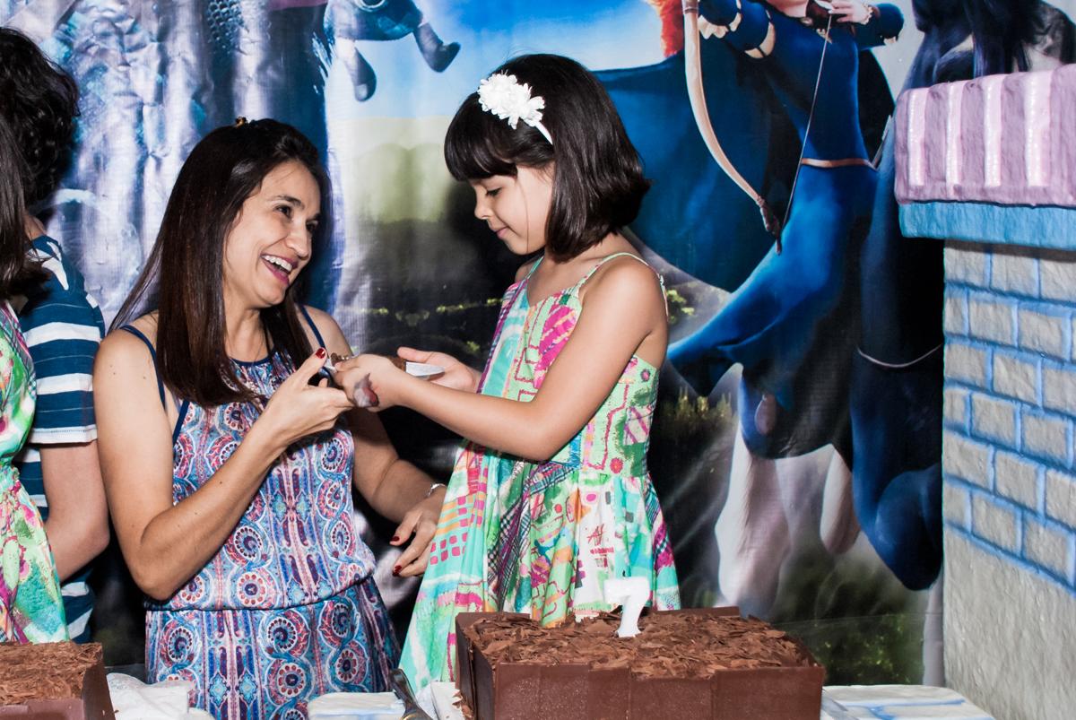 recebendo o primeiro pedaço de bolo no Buffet Magic Joy, Saúde, São Paulo, aniversário de Beatriz e Marina, tema da festa Valente