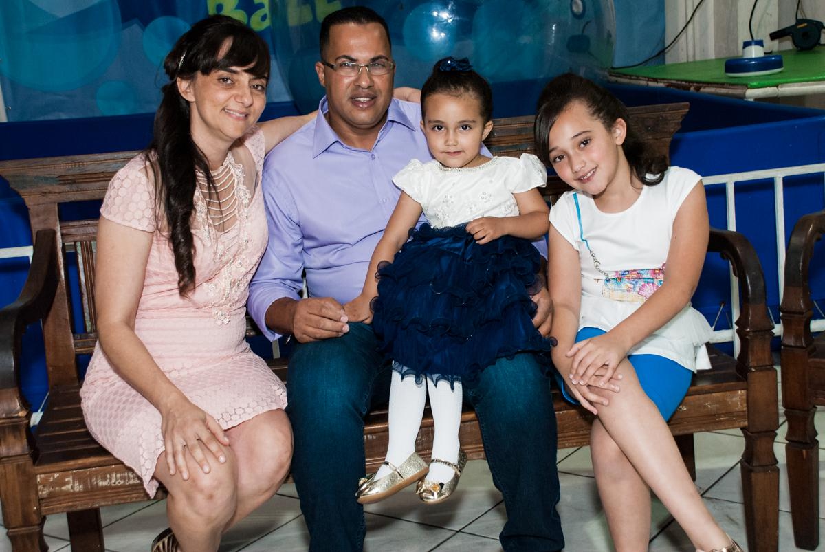 foto da família no Buffet Fábrica da Alegria, Osasco, São Paulo, aniversário de Heloise 3 anos, tema da festa princesas baby