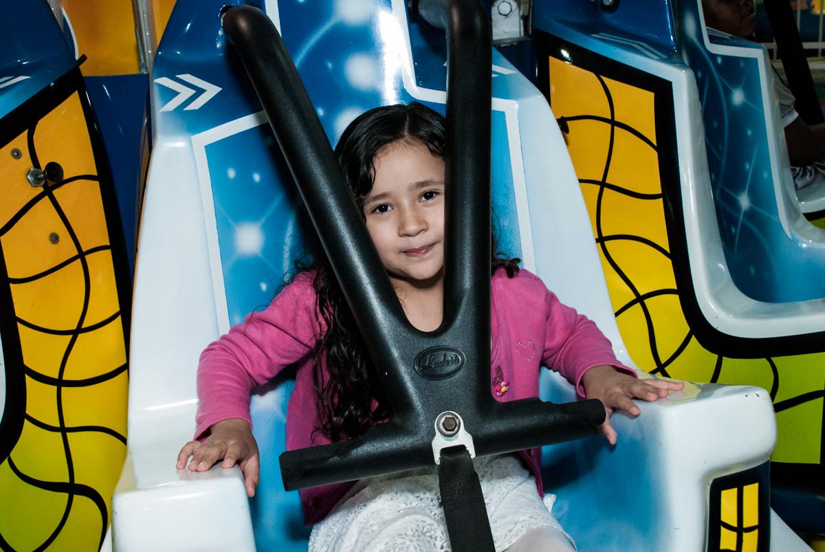 brincando no brinquedo elevador no Buffet Fábrica da Alegria, Osasco, São Paulo, aniversário de Heloise 3 anos, tema da festa princesas baby