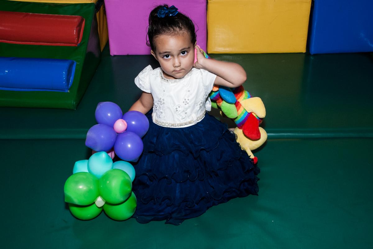 brincando com os balões no Buffet Fábrica da Alegria, Osasco, São Paulo, aniversário de Heloise 3 anos, tema da festa princesas baby