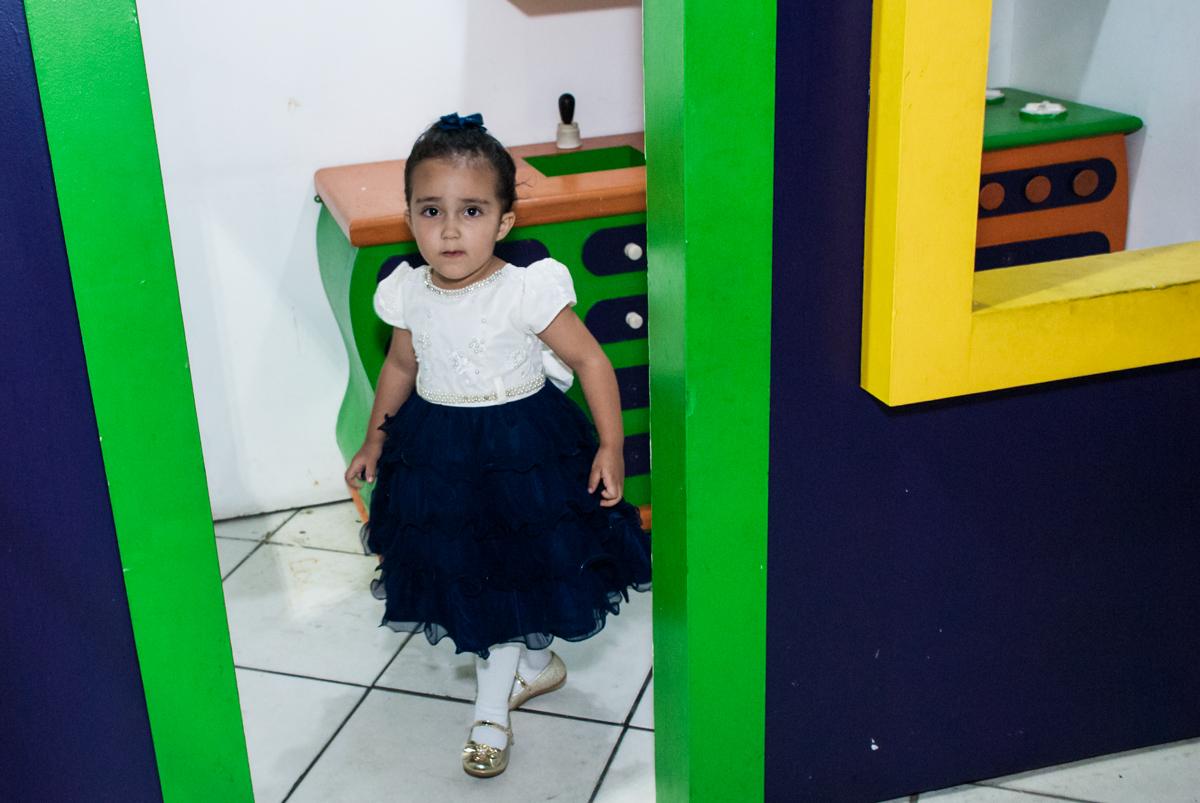 brincando na casa de bonecas no Buffet Fábrica da Alegria, Osasco, São Paulo, aniversário de Heloise 3 anos, tema da festa princesas baby
