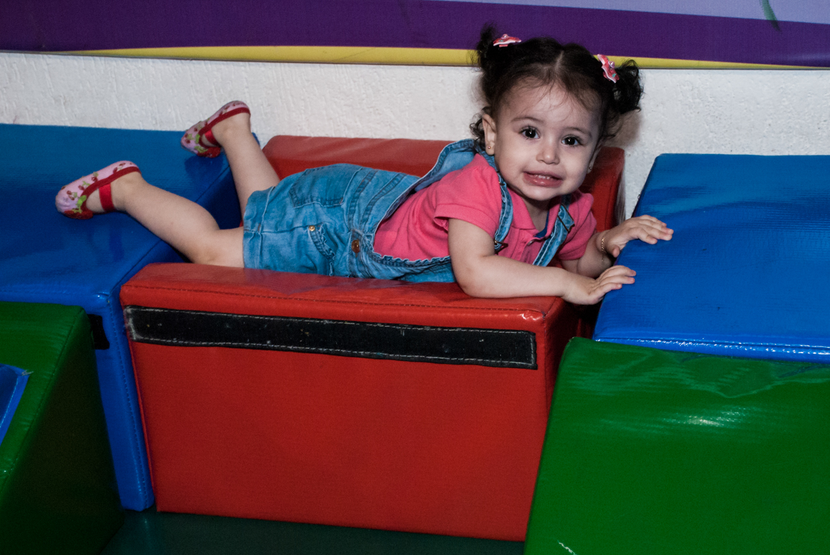 pose para a foto na área baby no Buffet Fábrica da Alegria, Osasco, São Paulo, aniversário de Heloise 3 anos, tema da festa princesas baby