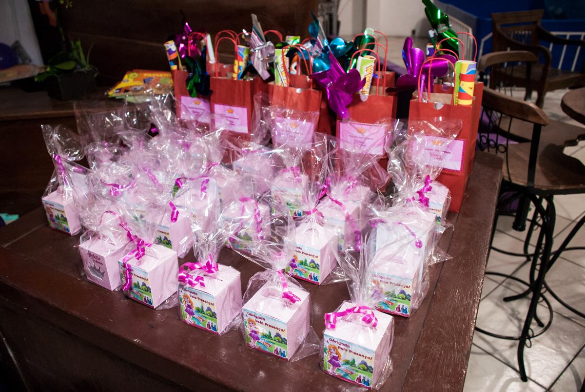 lembrancinhas das crianças no Buffet Fábrica da Alegria, Osasco, São Paulo, aniversário de Heloise 3 anos, tema da festa princesas baby