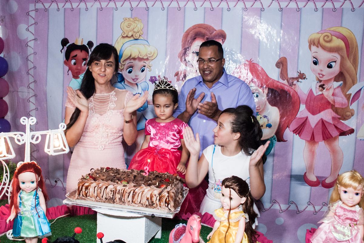 hora de cantar parabéns no Buffet Fábrica da Alegria, Osasco, São Paulo, aniversário de Heloise 3 anos, tema da festa princesas baby