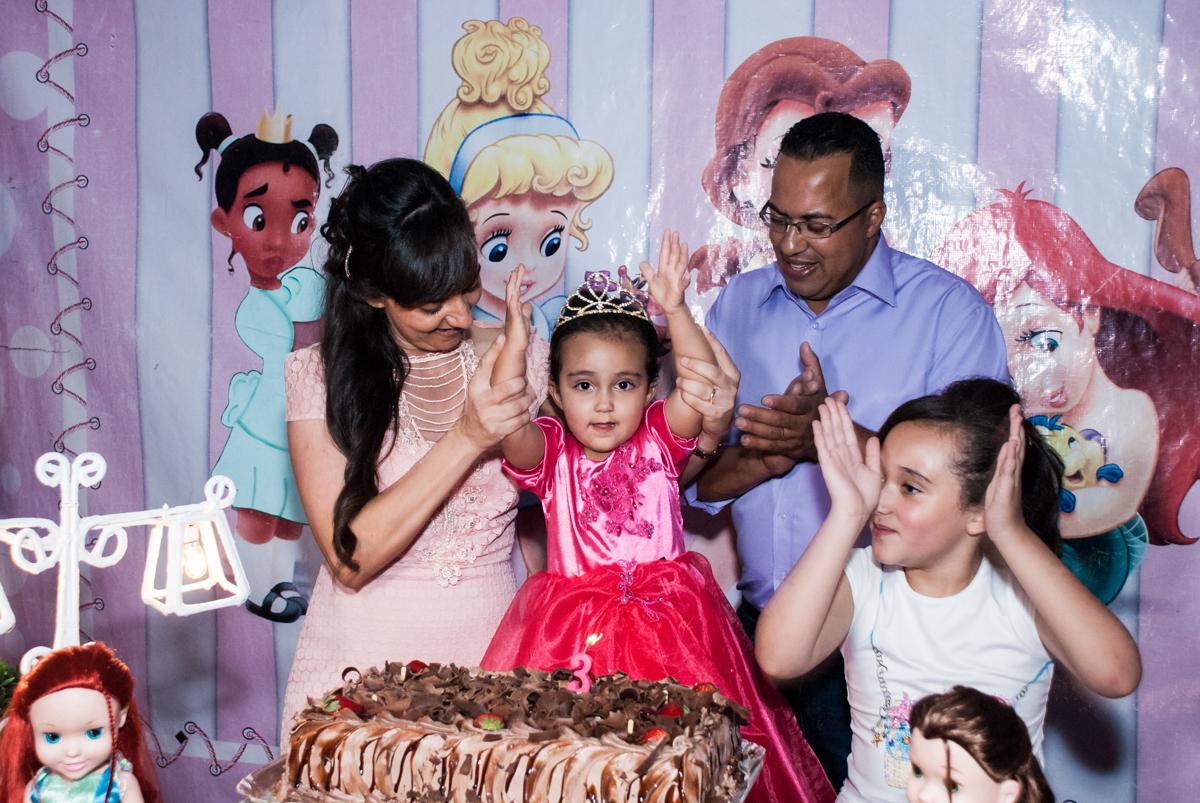 parabéns animado no Buffet Fábrica da Alegria, Osasco, São Paulo, aniversário de Heloise 3 anos, tema da festa princesas baby