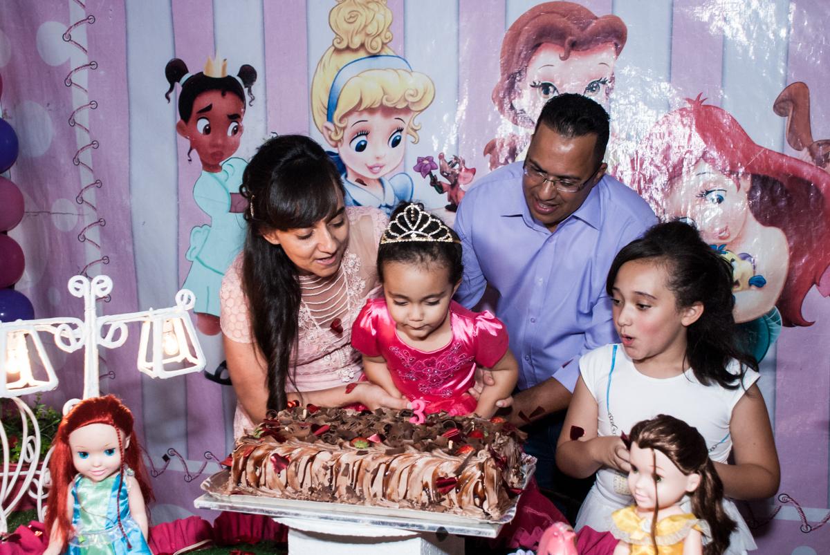 soprando a vela do bolo no Buffet Fábrica da Alegria, Osasco, São Paulo, aniversário de Heloise 3 anos, tema da festa princesas baby