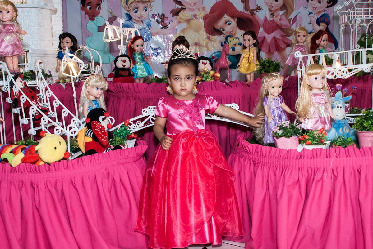 vestida de princesa para a foto no Buffet Fábrica da Alegria, Osasco, São Paulo, aniversário de Heloise 3 anos, tema da festa princesas baby