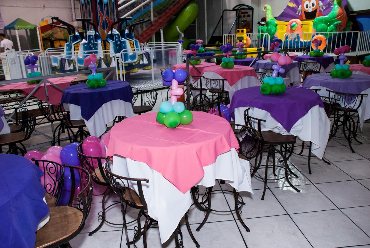 mesas decoradas com balão no Buffet Fábrica da Alegria, Osasco, São Paulo, aniversário de Heloise 3 anos, tema da festa princesas baby