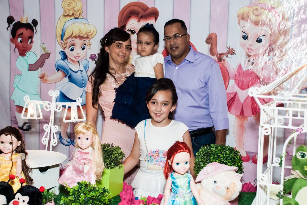 fotografia da família na mesa temática no Buffet Fábrica da Alegria, Osasco, São Paulo, aniversário de Heloise 3 anos, tema da festa princesas baby