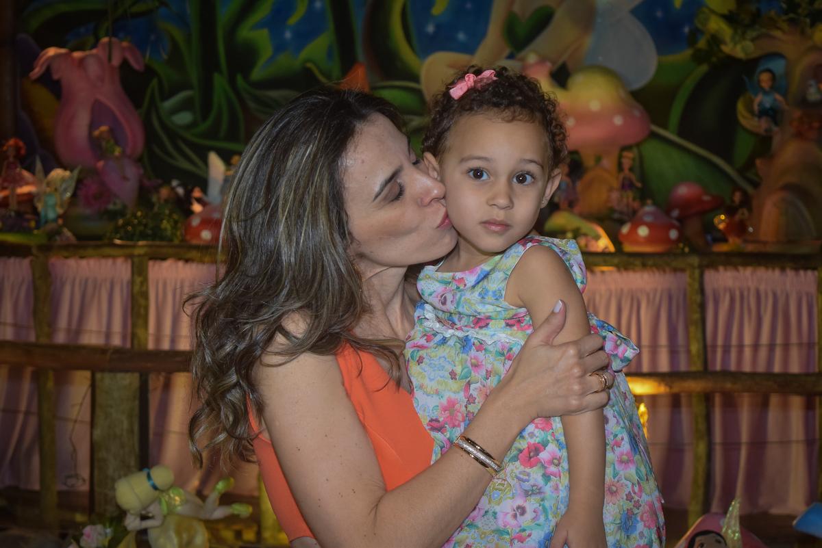 foto mãe e filha no Buffet Cumbaya, Tatuapé, São Paulo, aniversário de Gabriela 3 anos tema da festa fadas