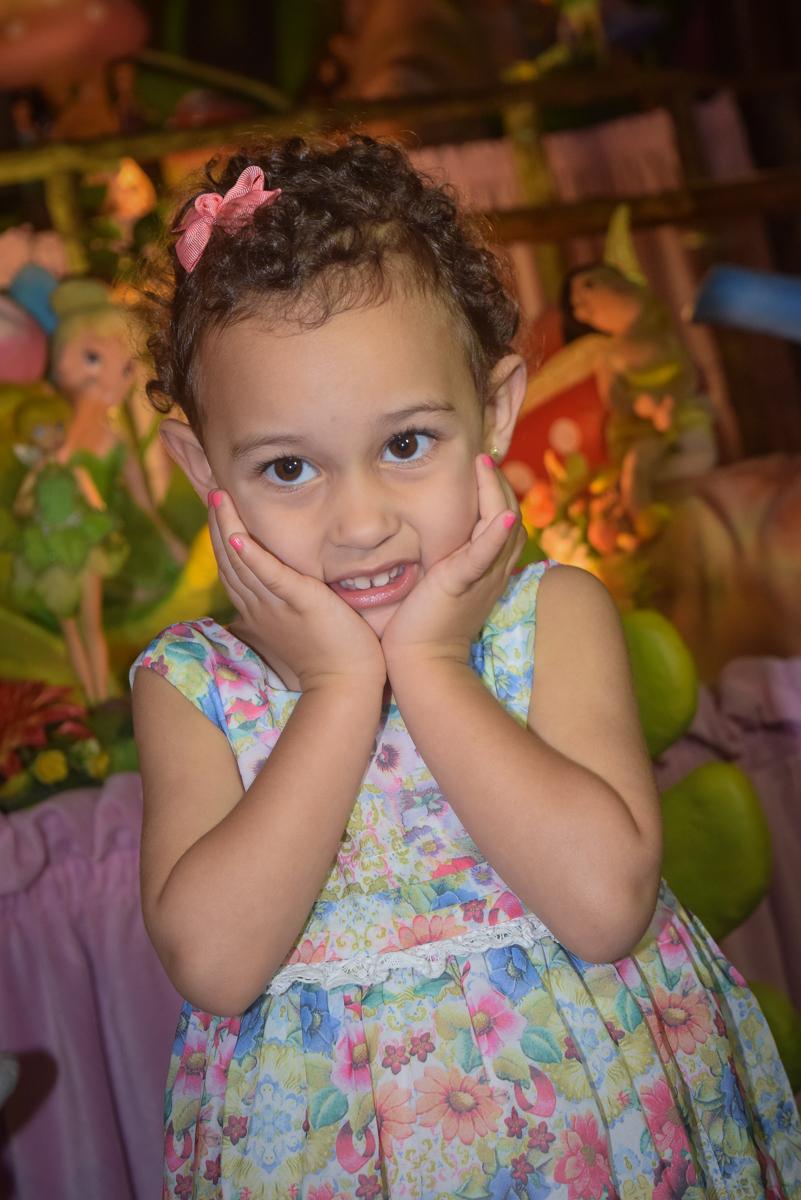 pose de princesa para a foto no Buffet Cumbaya, Tatuapé, São Paulo, aniversário de Gabriela 3 anos tema da festa fadas