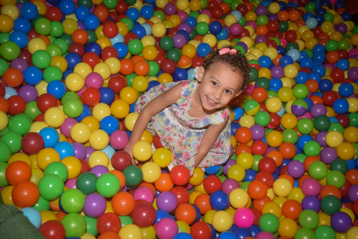 mais diversão na piscina de bolinhas no Buffet Cumbaya, Tatuapé, São Paulo, aniversário de Gabriela 3 anos tema da festa fadas