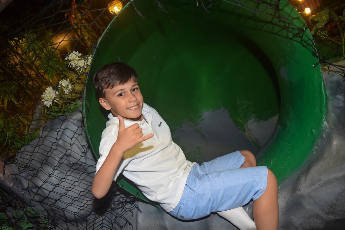 irmão posa para a foto no Buffet Cumbaya, Tatuapé, São Paulo, aniversário de Gabriela 3 anos tema da festa fadas
