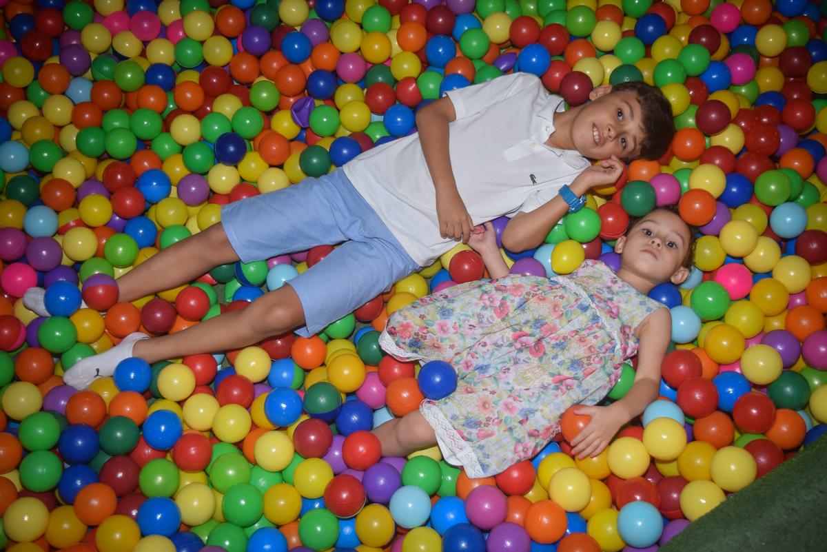 relaxando na piscina de bolinhas no Buffet Cumbaya, Tatuapé, São Paulo, aniversário de Gabriela 3 anos tema da festa fadas