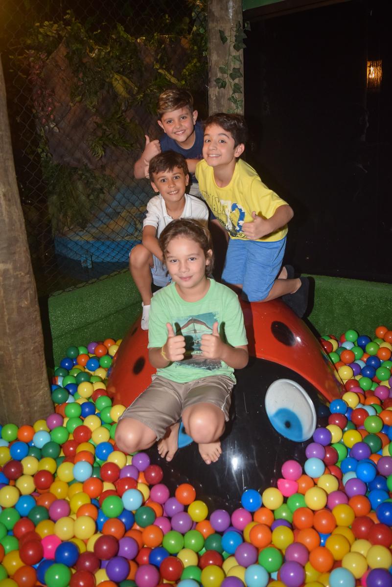 os amigos reunem para a foto no Buffet Cumbaya, Tatuapé, São Paulo, aniversário de Gabriela 3 anos tema da festa fadas