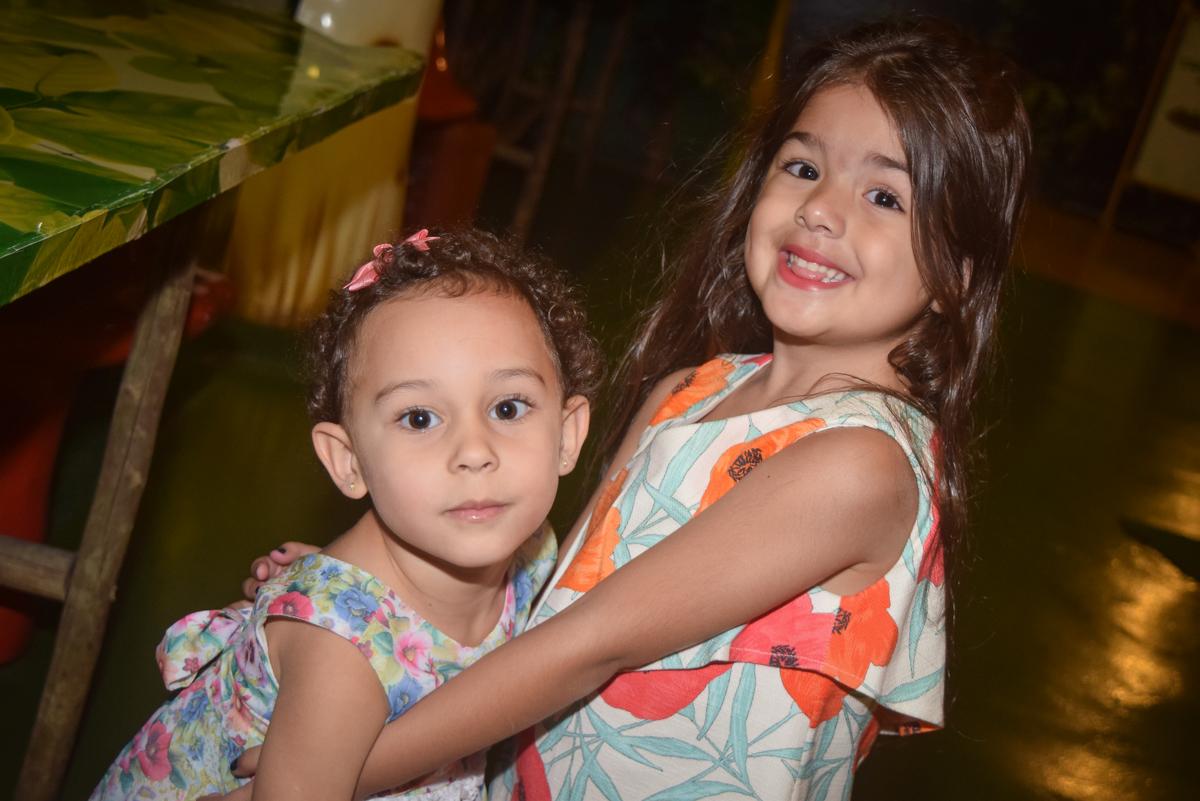 abraço na amiga no Buffet Cumbaya, Tatuapé, São Paulo, aniversário de Gabriela 3 anos tema da festa fadas