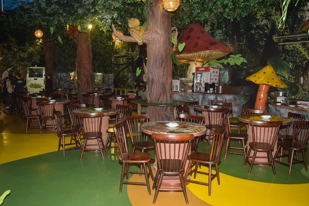 mesas decoradas para a festa no Buffet Cumbaya, Tatuapé, São Paulo, aniversário de Gabriela 3 anos tema da festa fadas