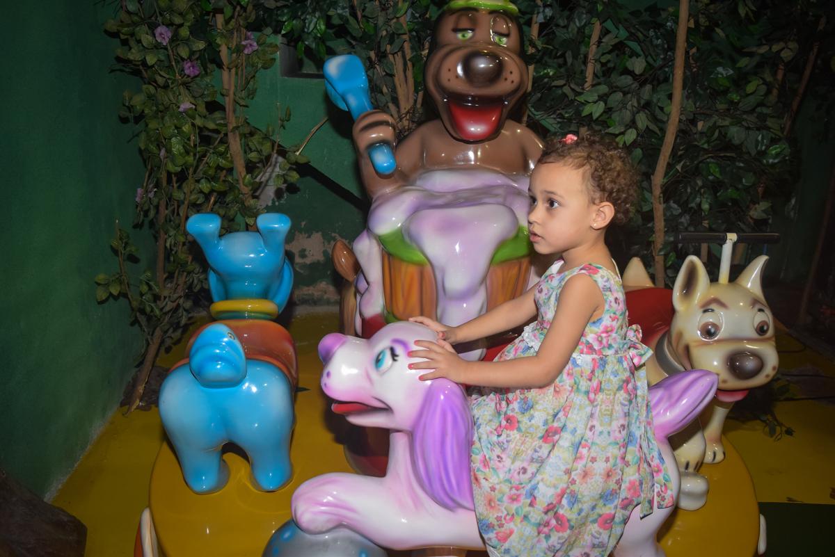 brincando em sua festa no Buffet Cumbaya, Tatuapé, São Paulo, aniversário de Gabriela 3 anos tema da festa fadas