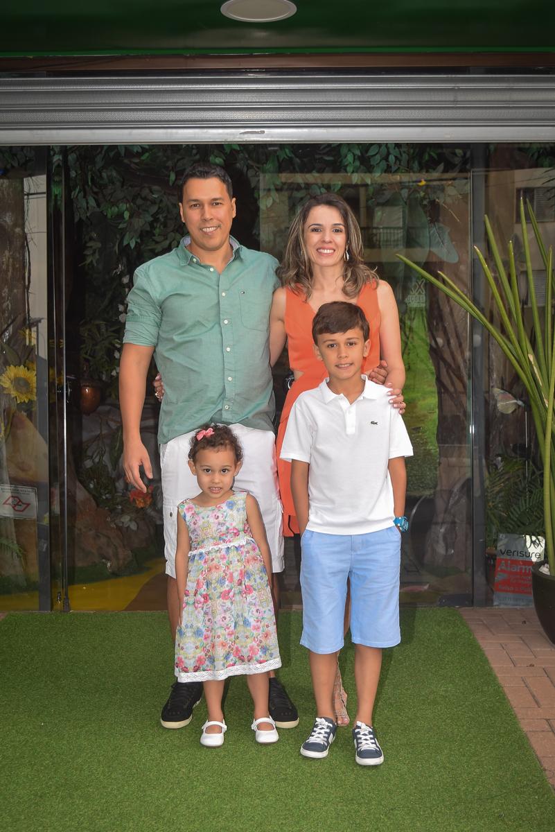 fotografia da família no arco de bexigas no Buffet Cumbaya, Tatuapé, São Paulo, aniversário de Gabriela 3 anos tema da festa fadas