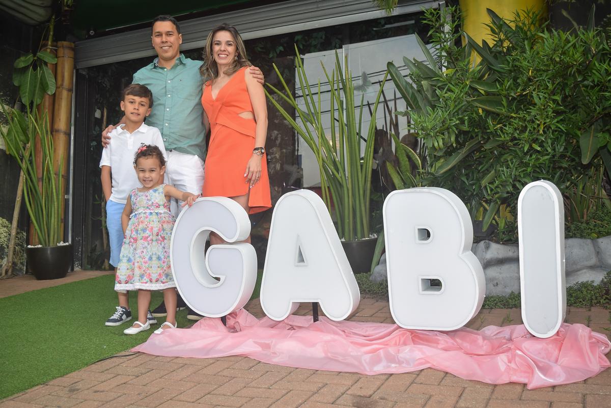 foto no nome da aniversariante no Buffet Cumbaya, Tatuapé, São Paulo, aniversário de Gabriela 3 anos tema da festa fadas