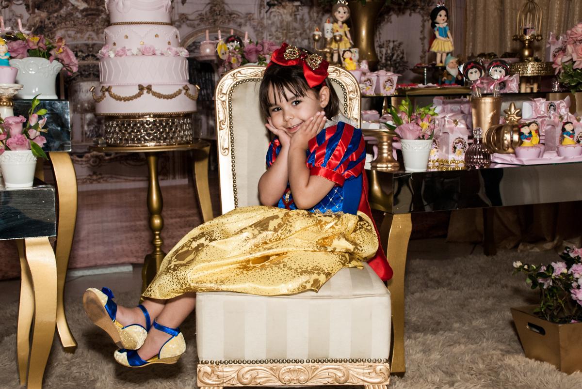 sentada no trono no Buffet Fábrica da Alegria aniversário de Sophia 4 anos tema da festa Princesas