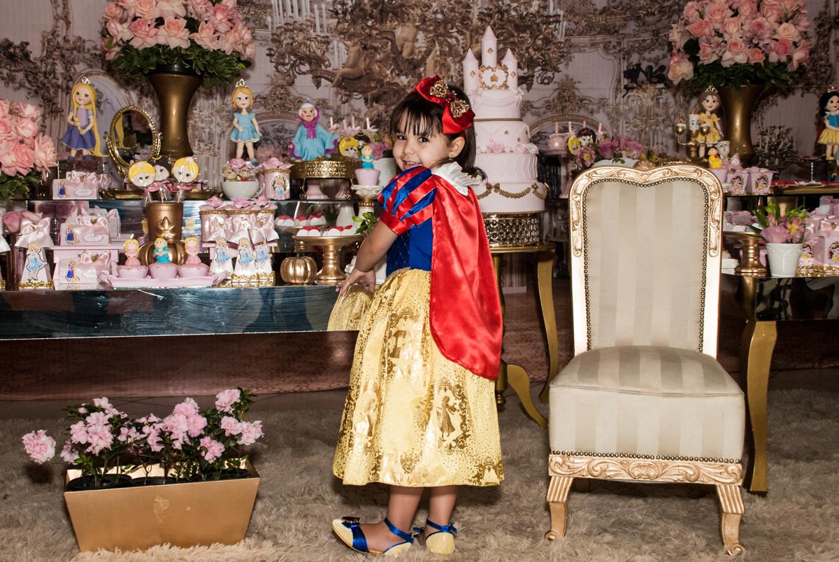 admirando a mesa temática no Buffet Fábrica da Alegria aniversário de Sophia 4 anos tema da festa Princesas