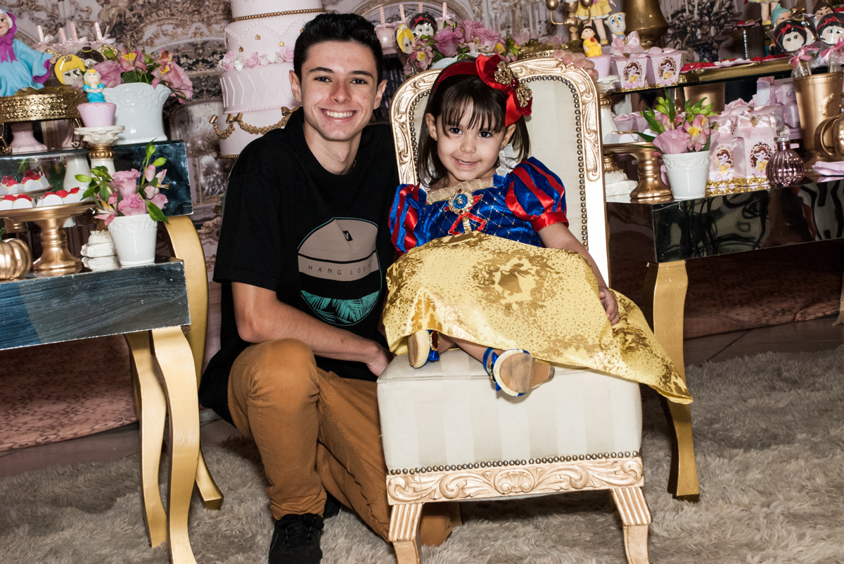 foto com o irmão no Buffet Fábrica da Alegria aniversário de Sophia 4 anos tema da festa Princesas