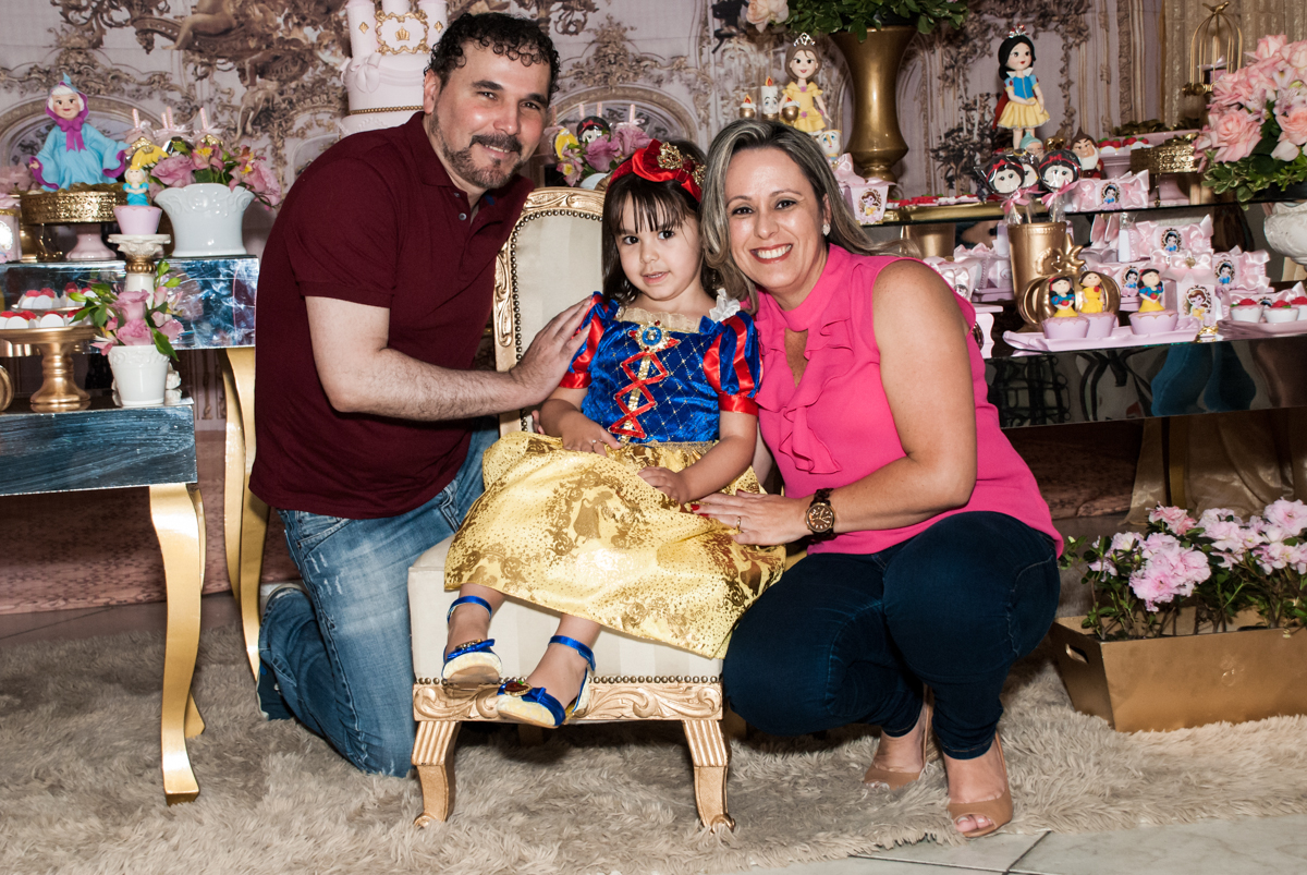 foto com os pais no Buffet Fábrica da Alegria aniversário de Sophia 4 anos tema da festa Princesas
