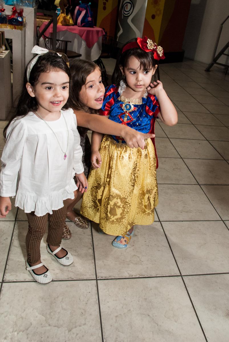 esperando a hegada das princesas no Buffet Fábrica da Alegria aniversário de Sophia 4 anos tema da festa Princesas