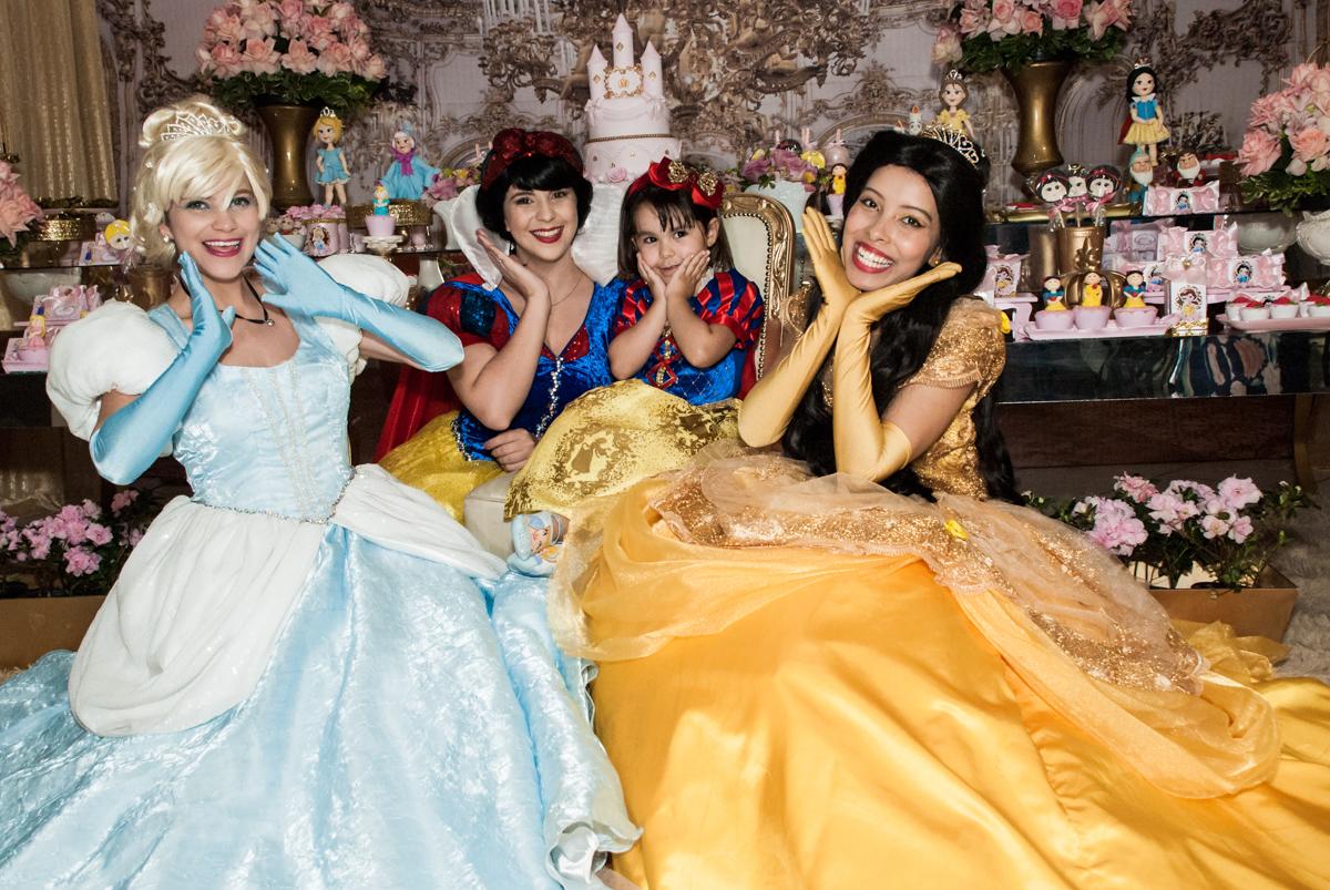 foto com as princesas no Buffet Fábrica da Alegria aniversário de Sophia 4 anos tema da festa Princesas