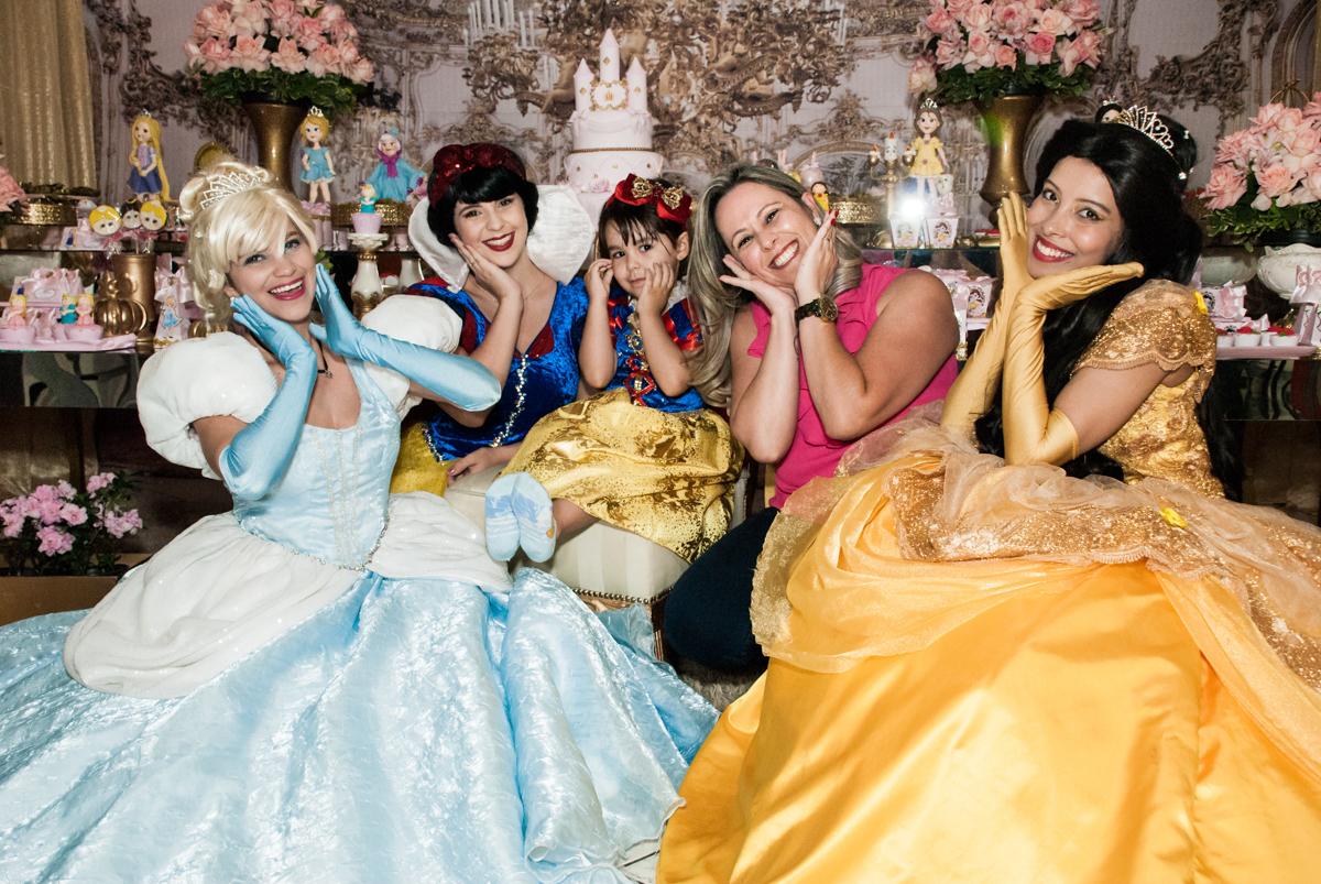 a mãe da aniversariante também se diverte com as princesas no Buffet Fábrica da Alegria aniversário de Sophia 4 anos tema da festa Princesas