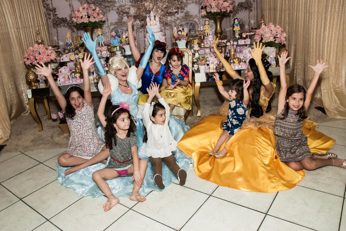 as amigas também se diverte com as princesas no Buffet Fábrica da Alegria aniversário de Sophia 4 anos tema da festa Princesas