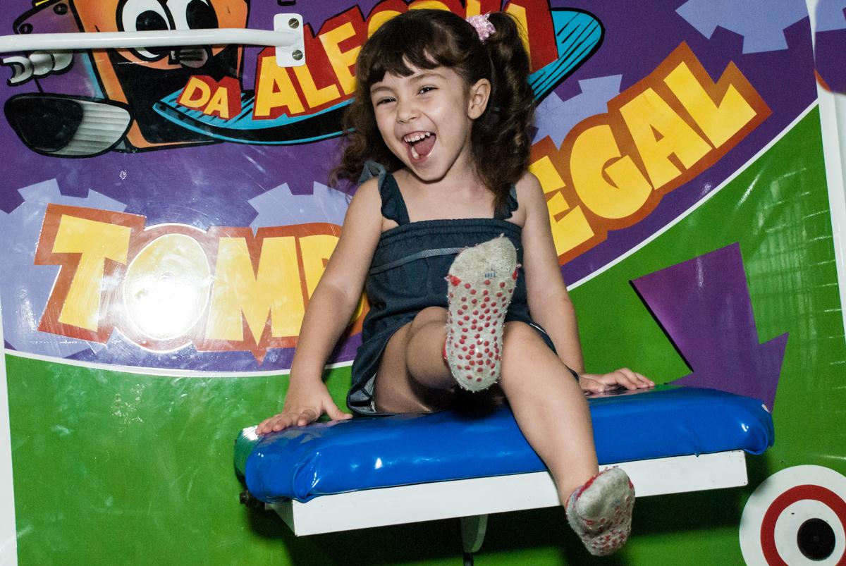 preparando para cair do tombo legal no Buffet Fábrica da Alegria aniversário de Sophia 4 anos tema da festa Princesas